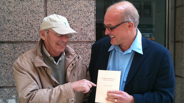 Barney Glaser, founder of the Grounded Theory Institute, congratulating one of his Fellows, Hans Thulesius.